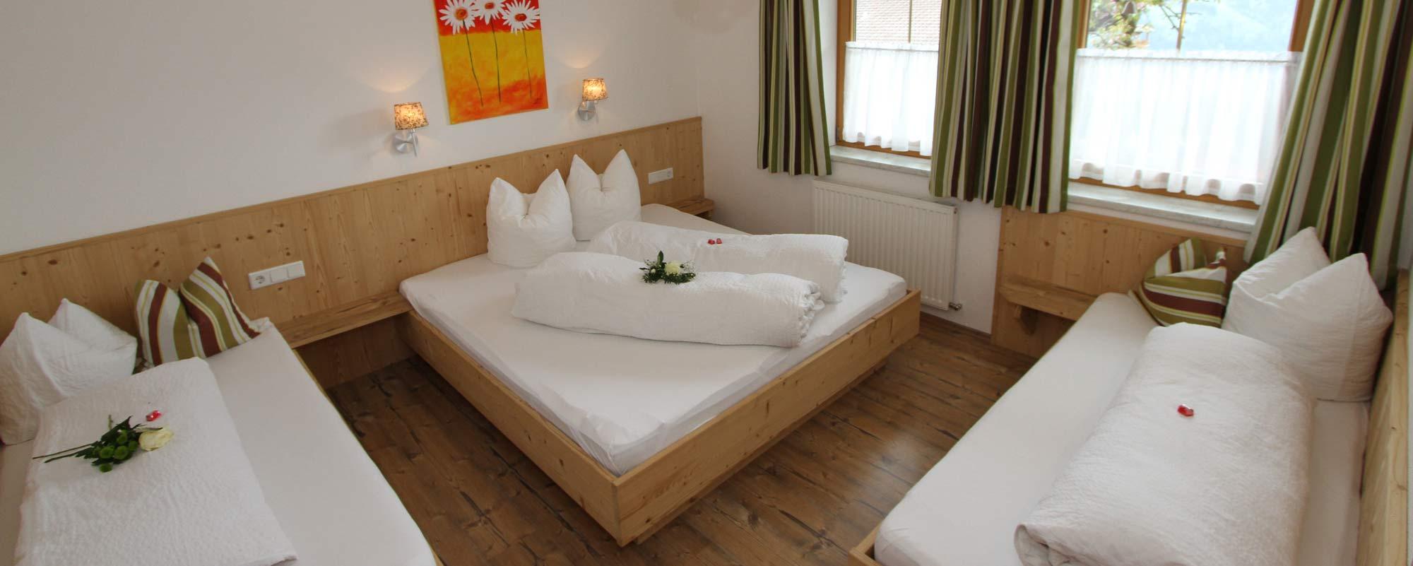 Apartment Sonne Schlafzimmer 4 Bett Zimmer in Holzoptik