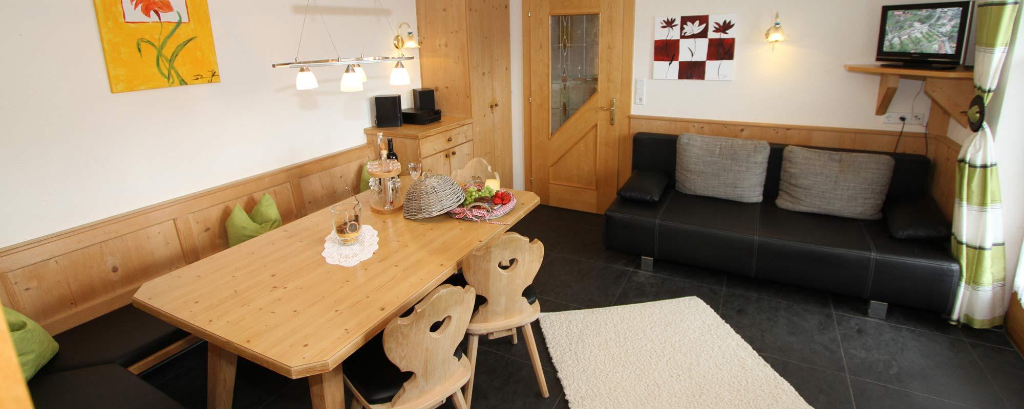 Apartment Sonne Essbereich Schönes Esszimmer mit Couch und Fernsehen