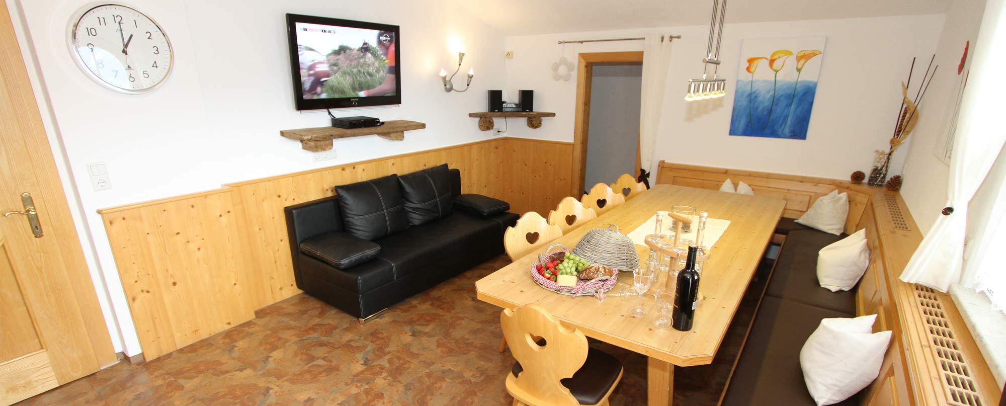 Apartment Sonnenschein Essbereich mit Couch & Fernsehen