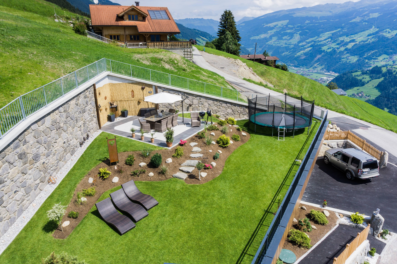 Garten Ferienhaus Johanna Gemütliche Sitzecke mit Grillplatz, Trampolin und Liegestühle